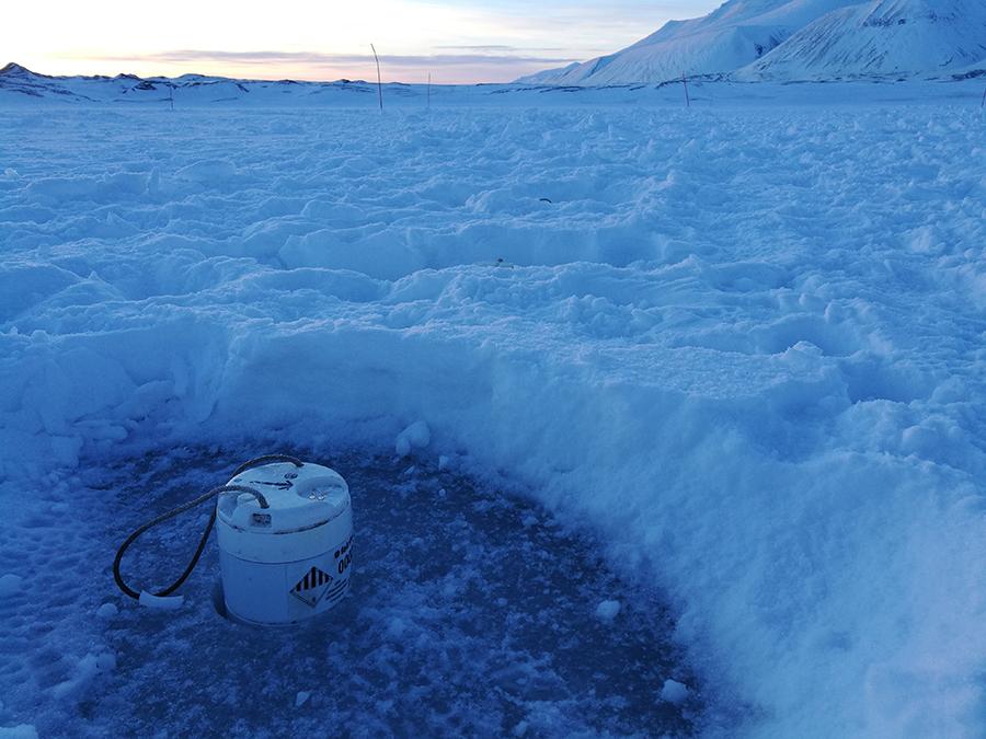 Station sismologique autonome (node Fairfield) du parc SisMob déployée sur le lac de Vallunden (Svalbard - Norvège) dans le cadre du projet Icewaveguide