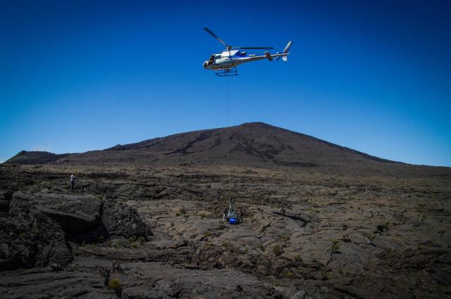 Déploiement d'une station sismologique Sismob moyenne bande sur le volcan du Piton de la Fournaise à la Réunion