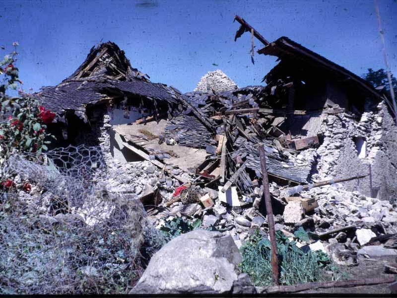 Séisme d'Arette du 13 août 1967. Maisons détruites. Crédits : Jean-Pierre Rothé