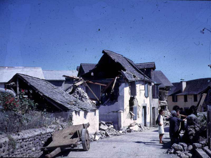 Dégâts provoqués par le séisme d'Arette du 13 août 1967. Maisons détruites. Crédits : Jean-Pierre Rothé