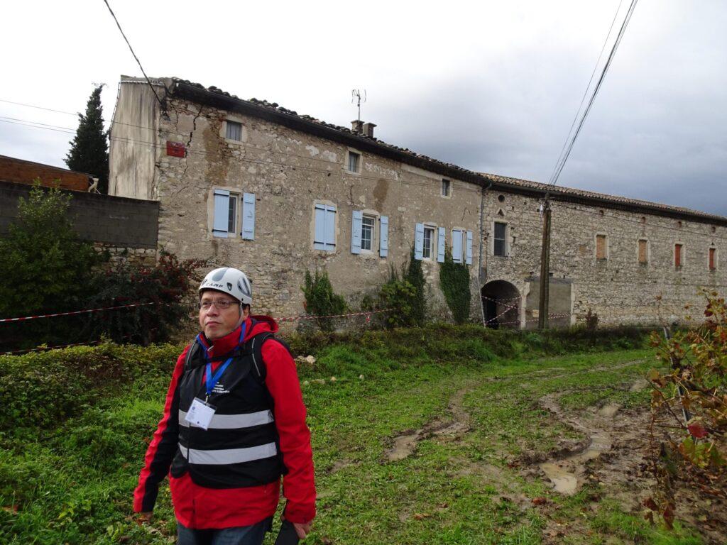 Un expert du groupe d'enquête macrosismique devant un bâtiment endommagé par le séisme sur la commune du Teil - Crédits : Marc Schaming (EOST)