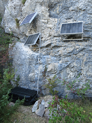 Station sismologique temporaire Z3.A178A installée sur la commune de Lathuile (74) - Crédits : Anne Paul
