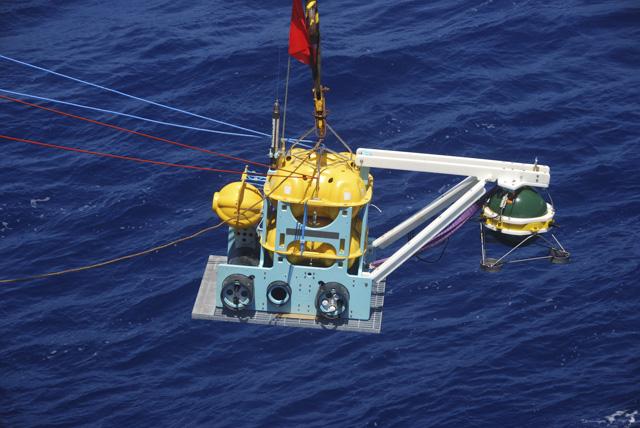 Déploiement d'un sismomètre fond de mer (OBS) large-bande du parc INSU lors de la cam- pagne Rhum-Rum sur le navire océanigraphique Marion-Dufresne. Crédits : W. Crawford, IPGP.