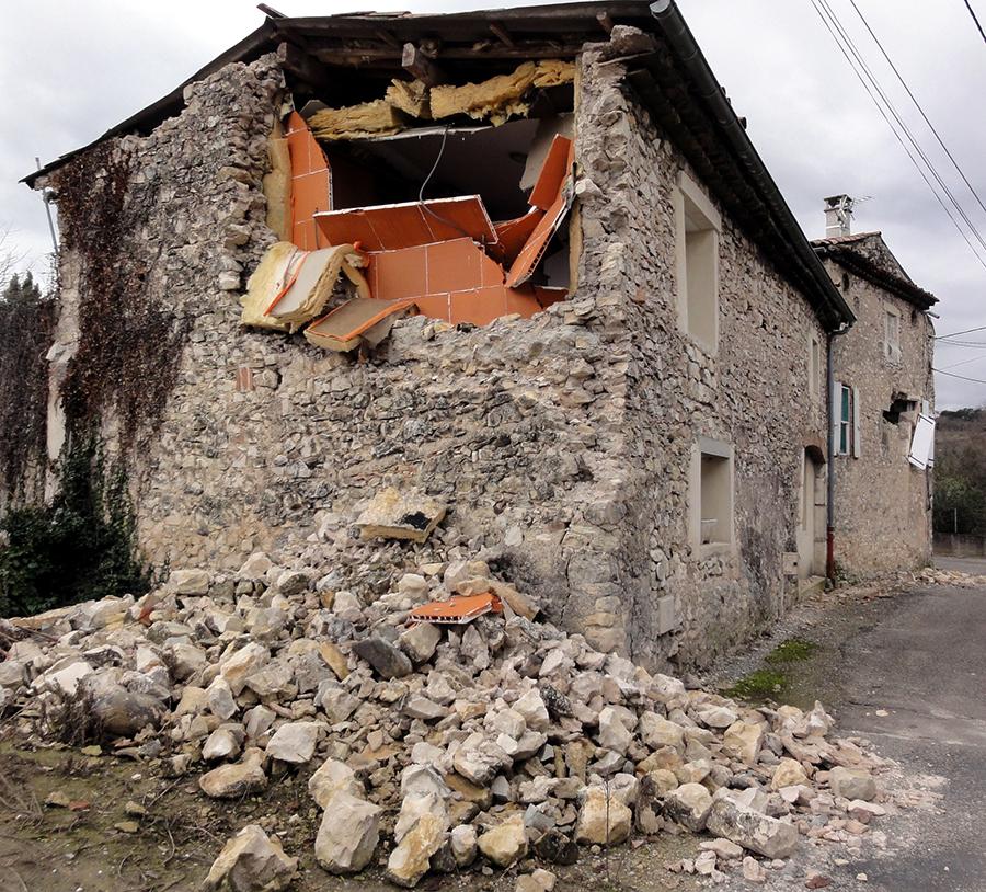 Dégâts observés dans le hameau de La Rouvière à proximité de la faille. © M. Causse.