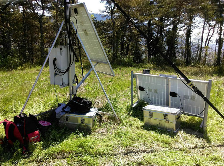 Station sismologique SisMob HAR1, utilisée pour la surveillance du glissement de terrain d'Harmalière, installée sur la commune de Sinard (Isère)