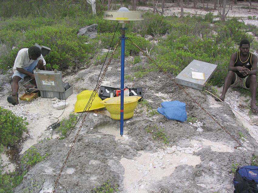 Antenne GNSS et mât UNAVCO pendant une campagne sur les îles Torrès (archipel du Vanuatu)